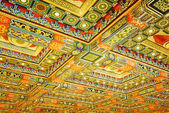 Gilded red patterns on the ceiling in interior of the Po Lin Mon — Stok fotoğraf