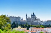 Beautiful view of the Royal Palace of Madrid and the Cathedral o — Stock Photo