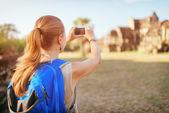 Женщины турист принимая фотография храма Ангкор, Камбоджа — Стоковое фото
