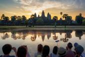 Many Asian tourists taking picture of Angkor Wat at sunrise — Stock Photo