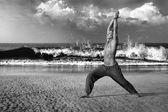 Man mediterar i krigare utgör — Stockfoto