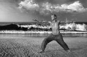 Człowiek medytacji w pozie wojownik — Zdjęcie stockowe
