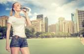 年轻女子喝水 — 图库照片