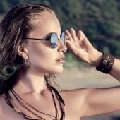 Young woman looking at sea — Stock Photo
