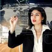 Junge geschäftsfrau arbeiten auf touchscreen — Stockfoto