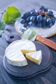 Camembert und Trauben — Stockfoto