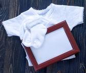 Vestiti del bambino su un tavolo — Foto Stock