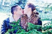 男と冬の公園で彼のガール フレンド — ストック写真