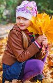 Liten flicka i höst park — Stockfoto