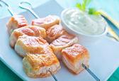 Salmon kebab with sauce — Stockfoto