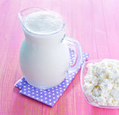 Cottage in bowl and milk in jug — Stock Photo