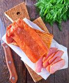 Rökt kött på träskiva — Stockfoto
