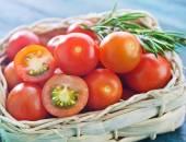 Cherry tomato in basket — Stockfoto