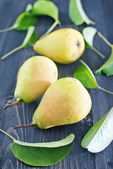 Fresh pears and leaves — Stock Photo