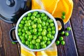 Green peas in bowl — Stock Photo