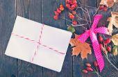 信封和秋天的落叶 — 图库照片