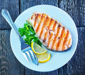 Grilled salmon steak with lemon — ストック写真