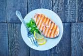Grilled salmon steak with lemon — Fotografia Stock