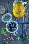 Olive oil and black olives — Stock Photo