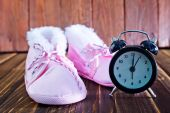 Baby shoes and clock — Foto Stock