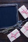 Presentes e placa preta — Fotografia Stock