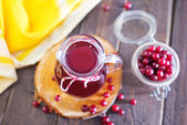 Fresh cranberry in bowl and juice — Stock Photo