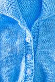 Tejer sobre una mesa azul — Foto de Stock