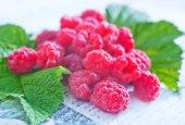 Fresh raspberry and green leaves — Stock Photo