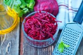 Grated beet in bowl — Stock Photo