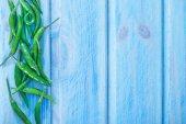 Mavi zemin üzerine kırmızı biber biber — Stok fotoğraf