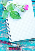 Rose and note on table — Stock Photo
