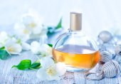 Perfume in bottle and on table — Stock Photo