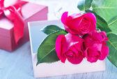 Box für Gegenwart und rote Rosen — Stockfoto