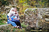 Gelukkige familie in park — Stockfoto