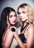 Mode erschossen: zwei süße Mädchen (blond und brünett) in Unterwäsche — Stockfoto