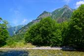 Azusa river and Hotaka mountains in Kamikochi, Nagano, Japan — Zdjęcie stockowe