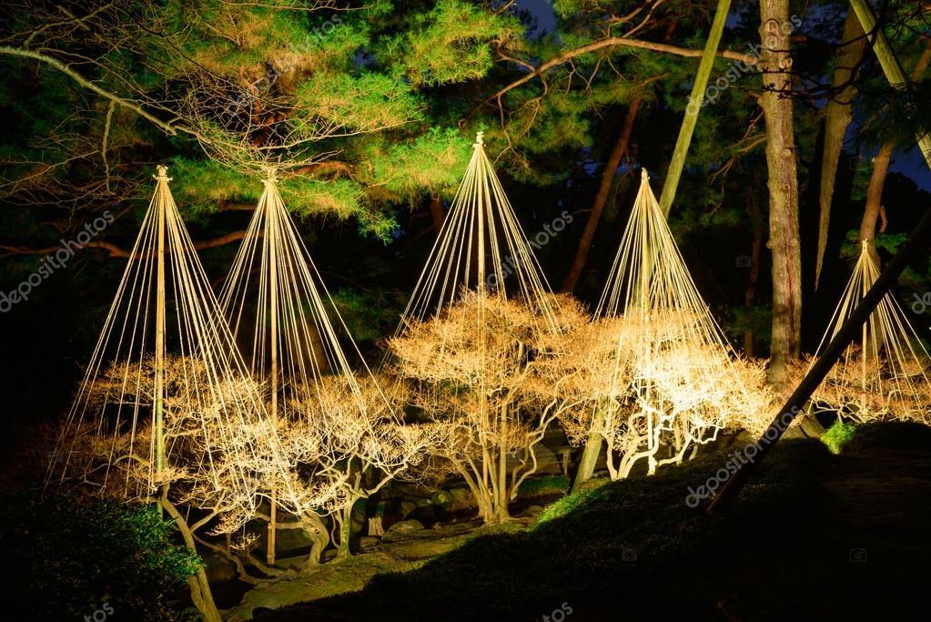 Jard n kenrokuen en la noche en kanazawa jap n foto de for Jardin kenrokuen