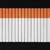 黒い背景にタバコ — ストック写真