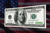 100 dólares em um fundo dos Eua bandeira — Fotografia Stock