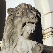 Sculptuur van een leeuw als een symbool voor sterkte en grootheid — Stockfoto