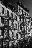 Black and white photo of the exterior of a building in New York  — Stockfoto