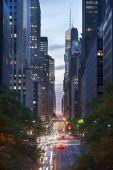 夜の 42 nd ストリート、ニューヨーク市の交通 — ストック写真