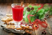 Christmas punch with cinnamon and stars anise — Stock Photo