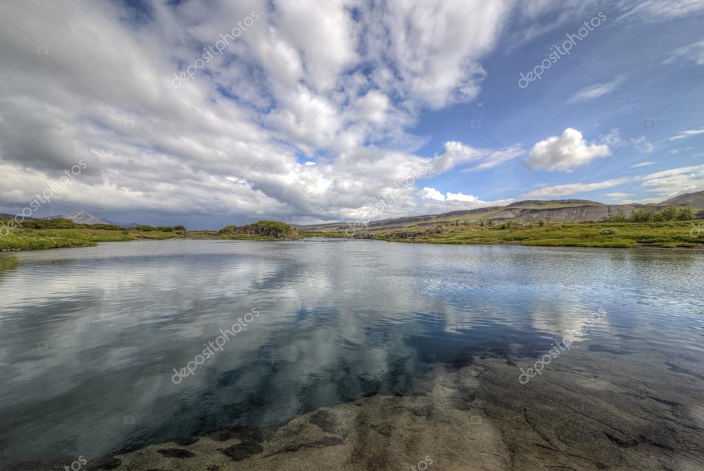 图为一湖清水在冰岛– 图库图片