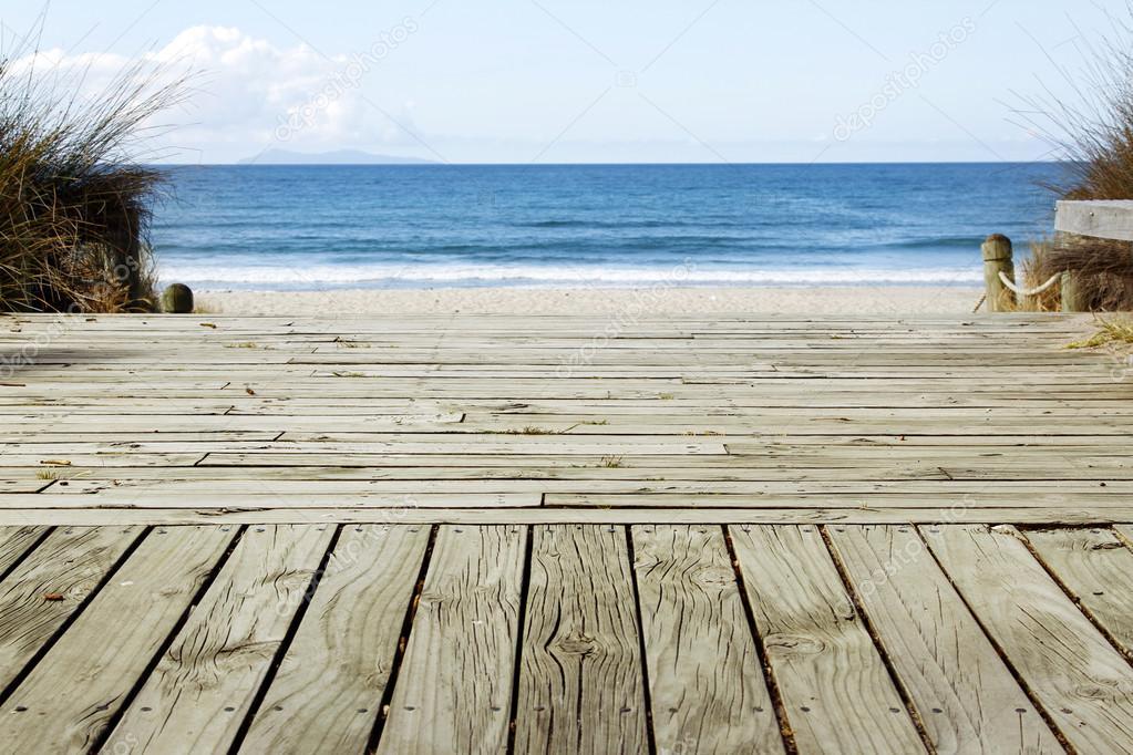木板路通往海滨风光– 图库图片