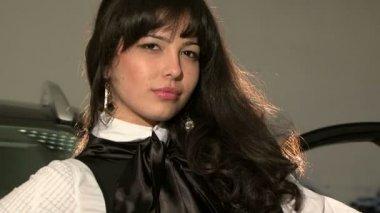 Молодая красивая женщина с длинные черные волосы позирует для камеры — Стоковое видео