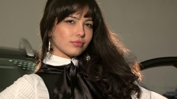 Mujer hermosa joven con largo pelo negro posando para la cámara — Vídeo de stock