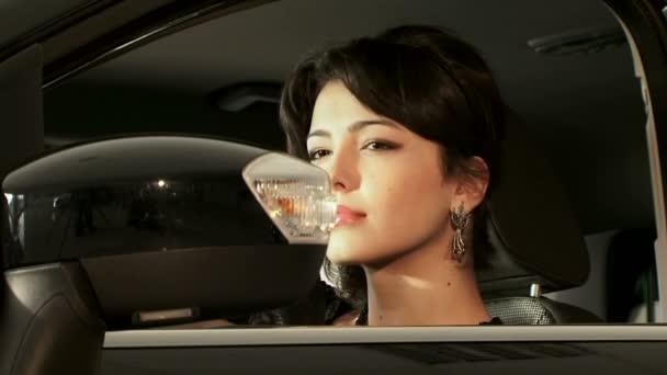 Hermosa mujer de pelo negro sentado en el coche — Vídeo de stock