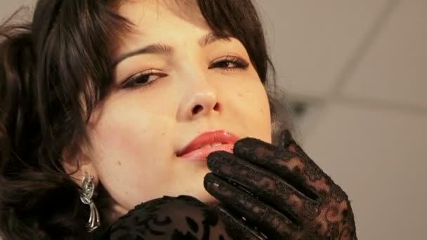 Joven hermosa modelo pelo negro posando para la cámara — Vídeo de stock