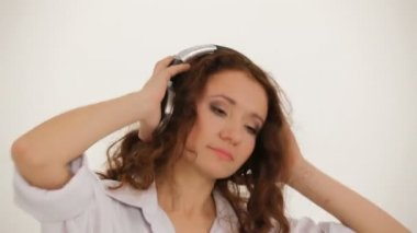 Young Woman In Earphones And White Shirt Listening to Music And Dancing — Stock Video